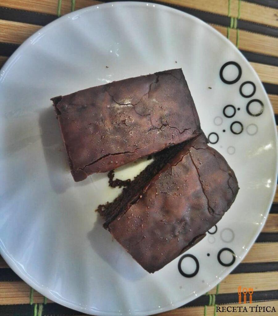plato con porción de brownies