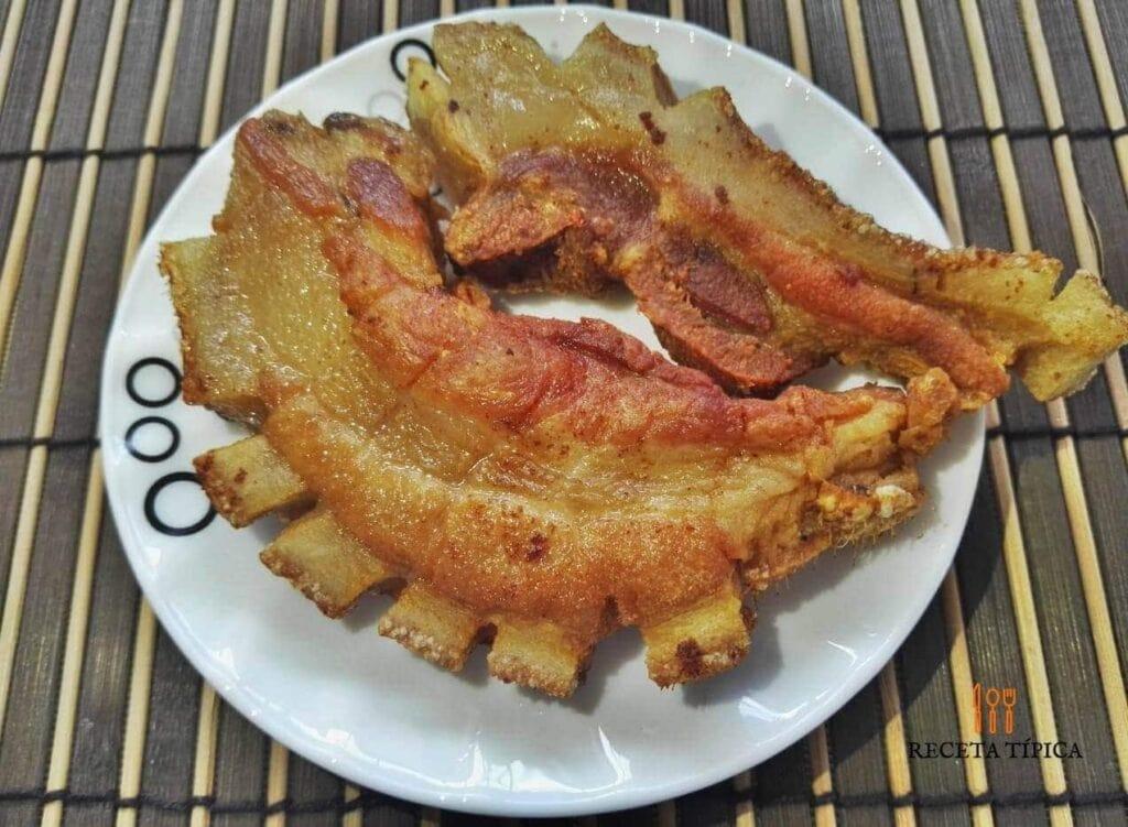 plato con chicharrones de cerdo frito