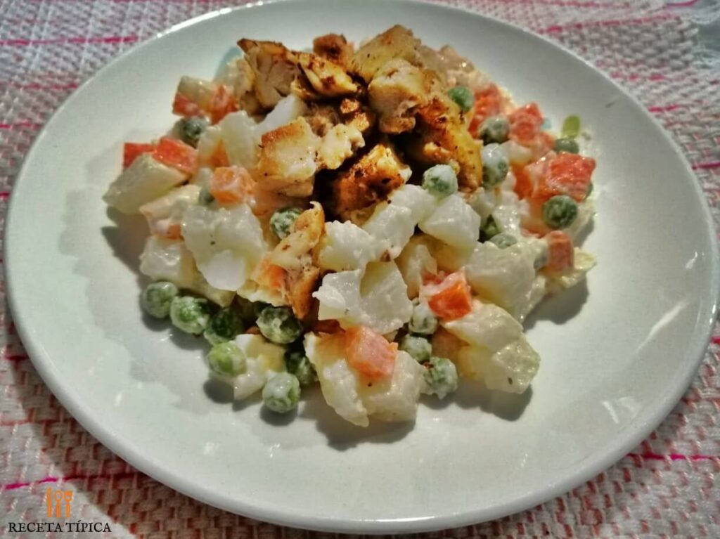 Plato con ensalada de verduras y pollo