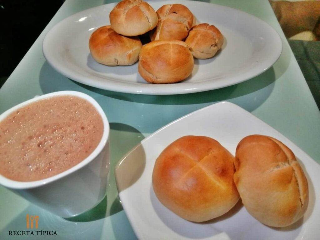 plato con pan de leche y chocolate caliente - recetas para cuarentena