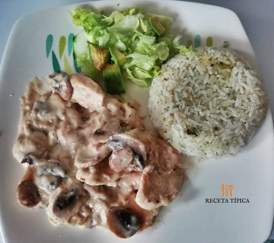 Plato con pollo en salsa de champiñones