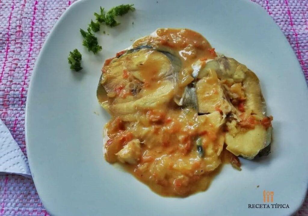 plato con bagre en salsa