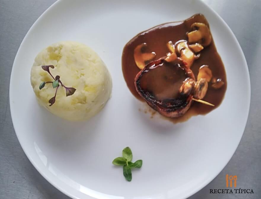 Plato con carne con champiñones