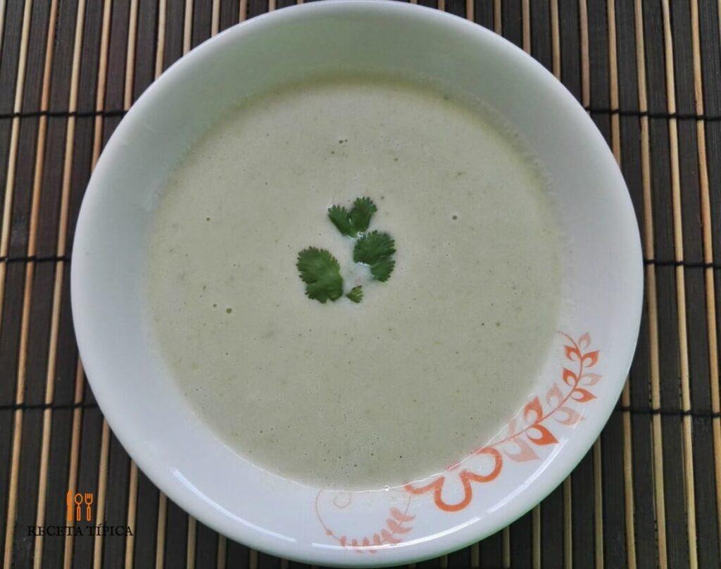 plato con crema de coliflor