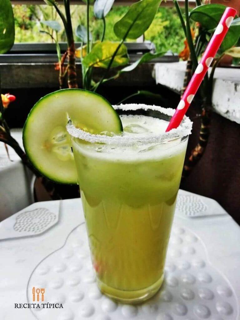 vaso con limonada de pepino