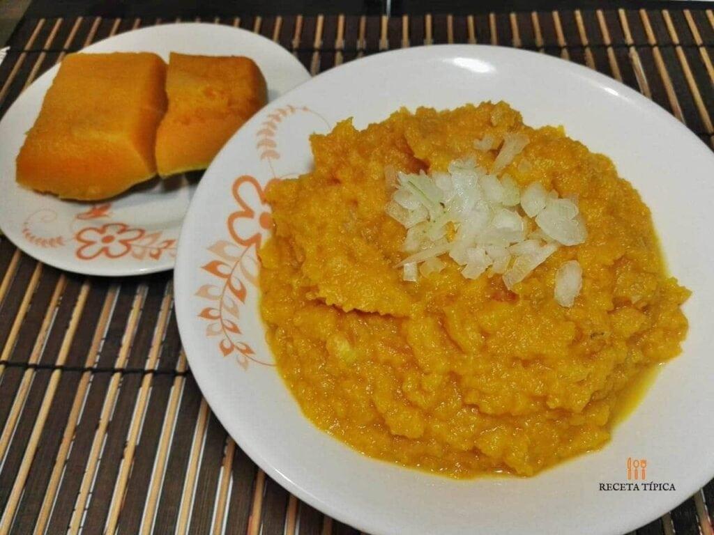 Plato con poteca de auyama y porciones de auyama cocinadas