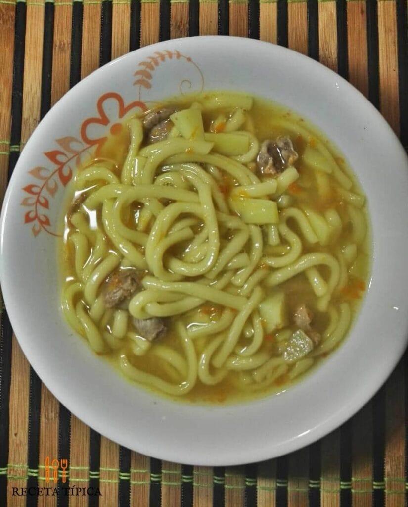 Plato con Sopa de fideos