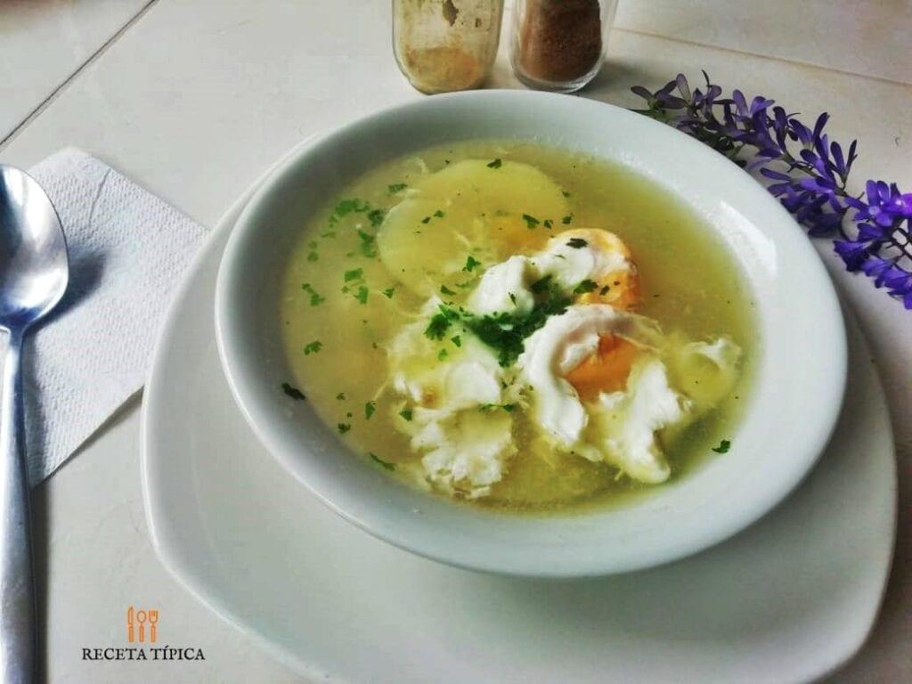 Plato con sopa de huevo