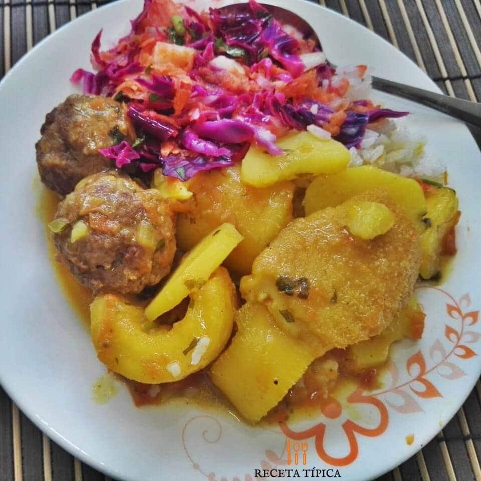 Plato con sudado de albóndigas y ensalada