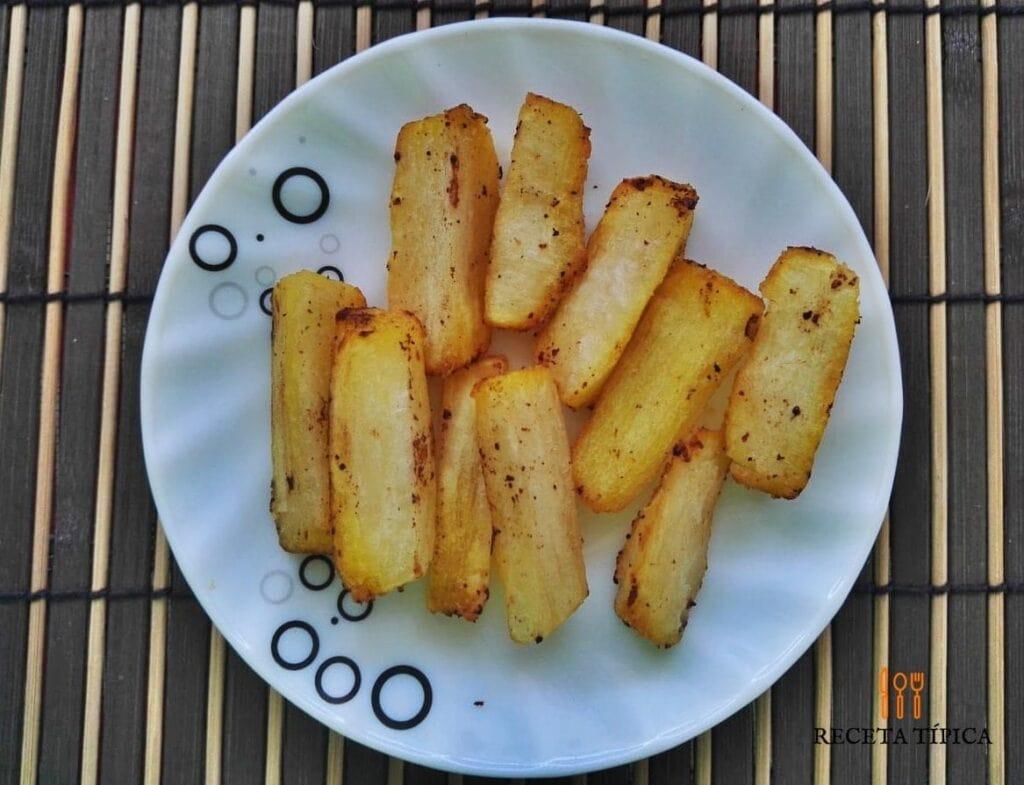 plato con yucas fritas