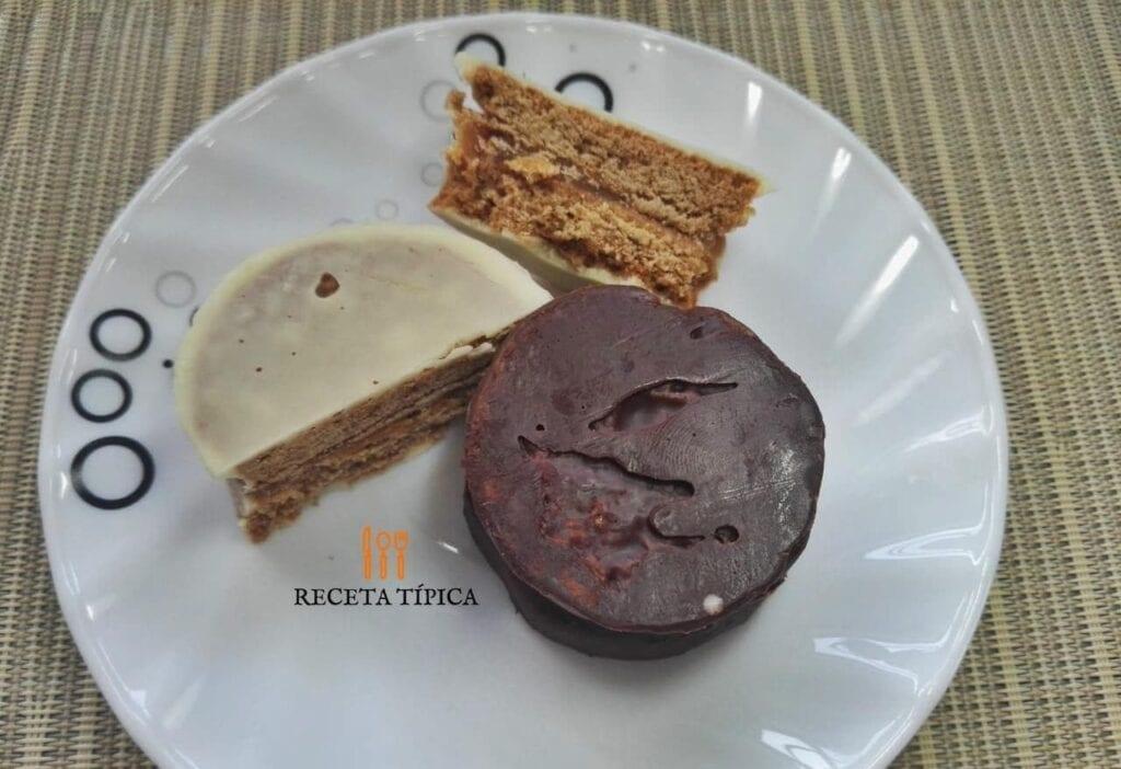 plato con alfajores cubiertos de chocolate blanco y negro
