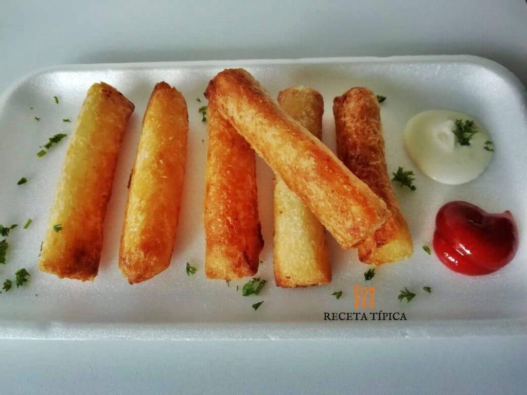 Croquetas de yuca acompañadas con salsas