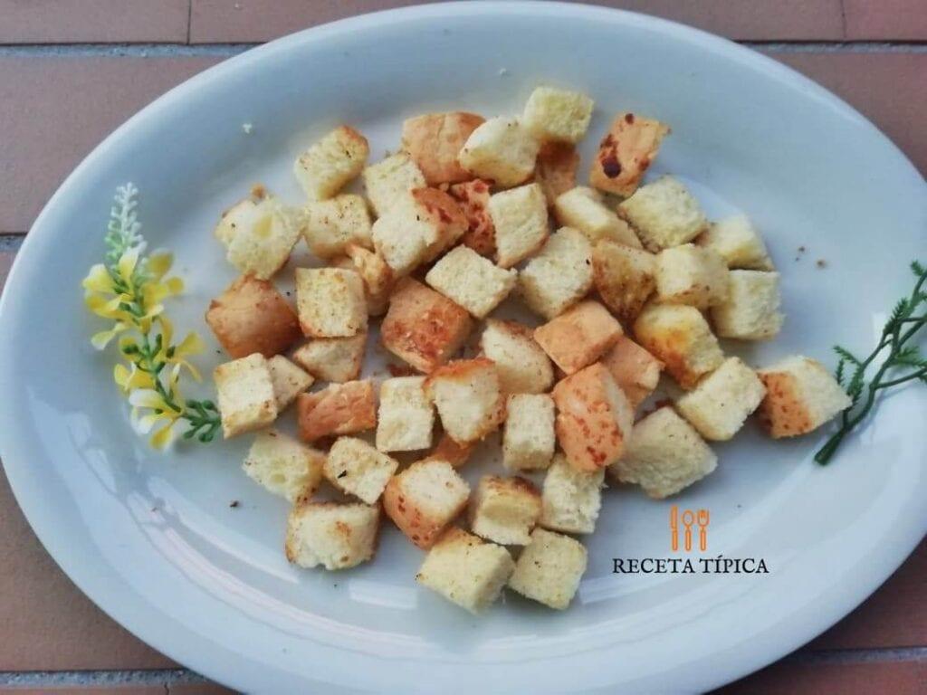plato con crutones de pan casero