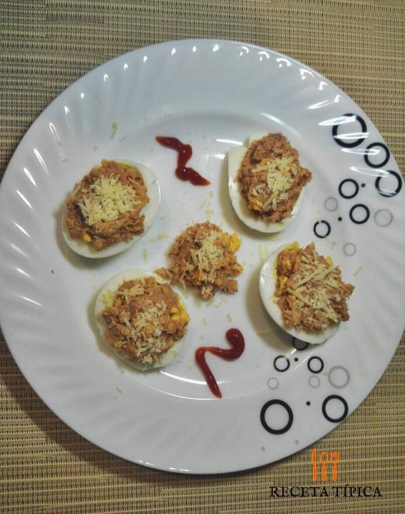 plato con huevos rellenos de atún