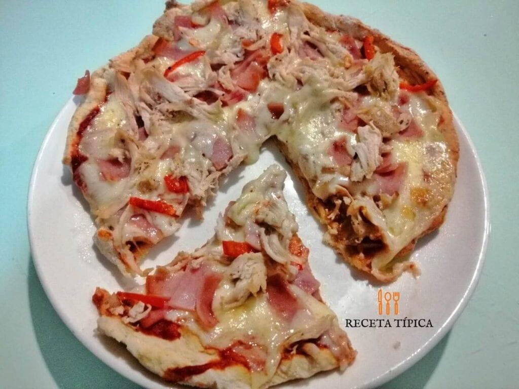 Pizza con base de coliflor porcionada.
