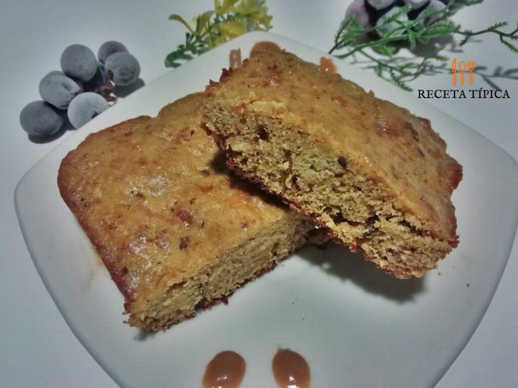 Plato con dos porciones de torta de pan