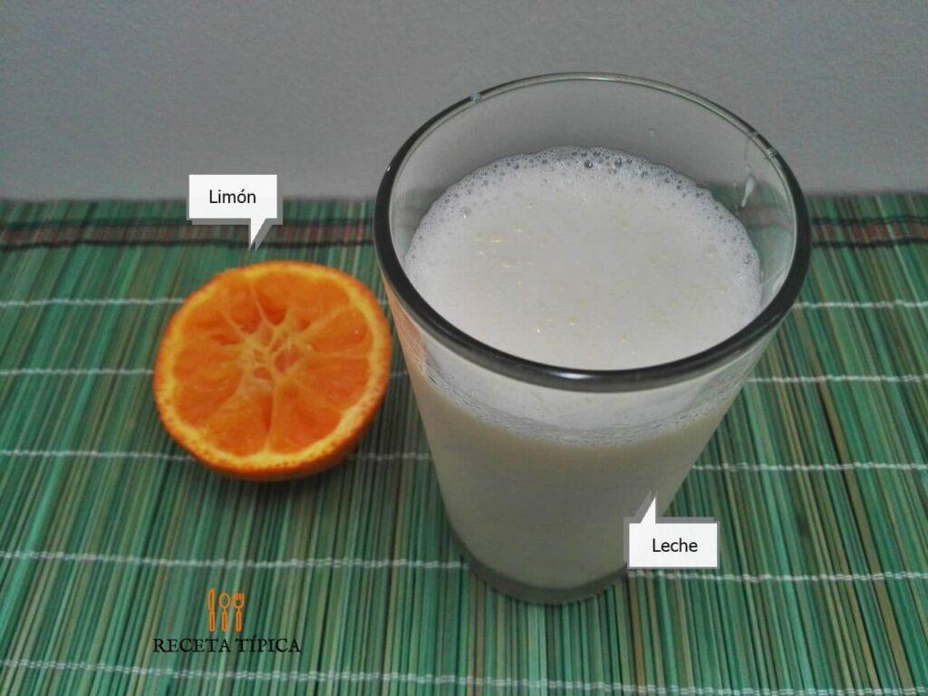 Ingredientes para preparar suero de leche, vaso con leche y medio limón
