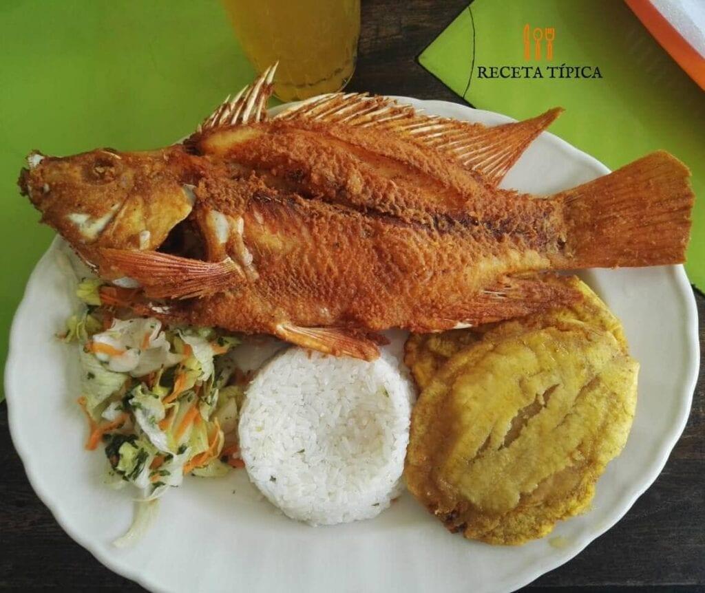 plato con mojarra frita, patacones, arroz blanco y ensalada