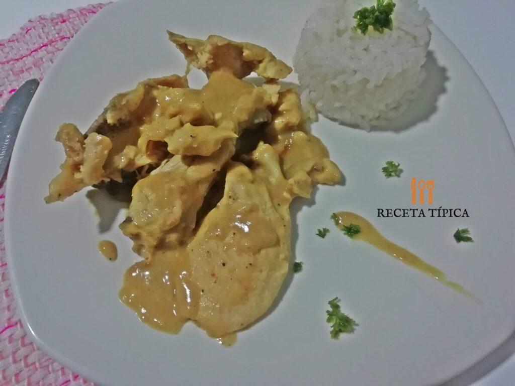 Plato con pollo en salsa de miel mostaza