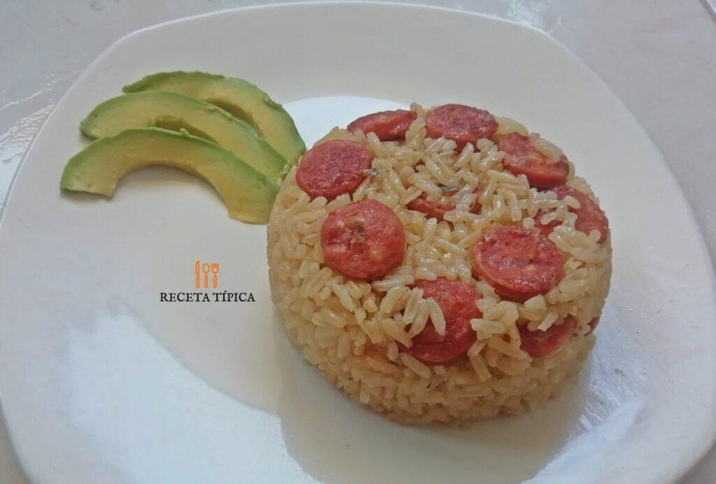 plato de arroz con chorizo y rodaja de aguacates