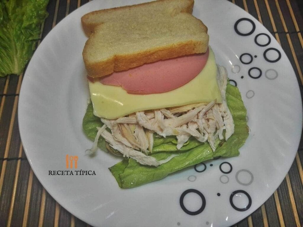 plato con sándwich de pollo