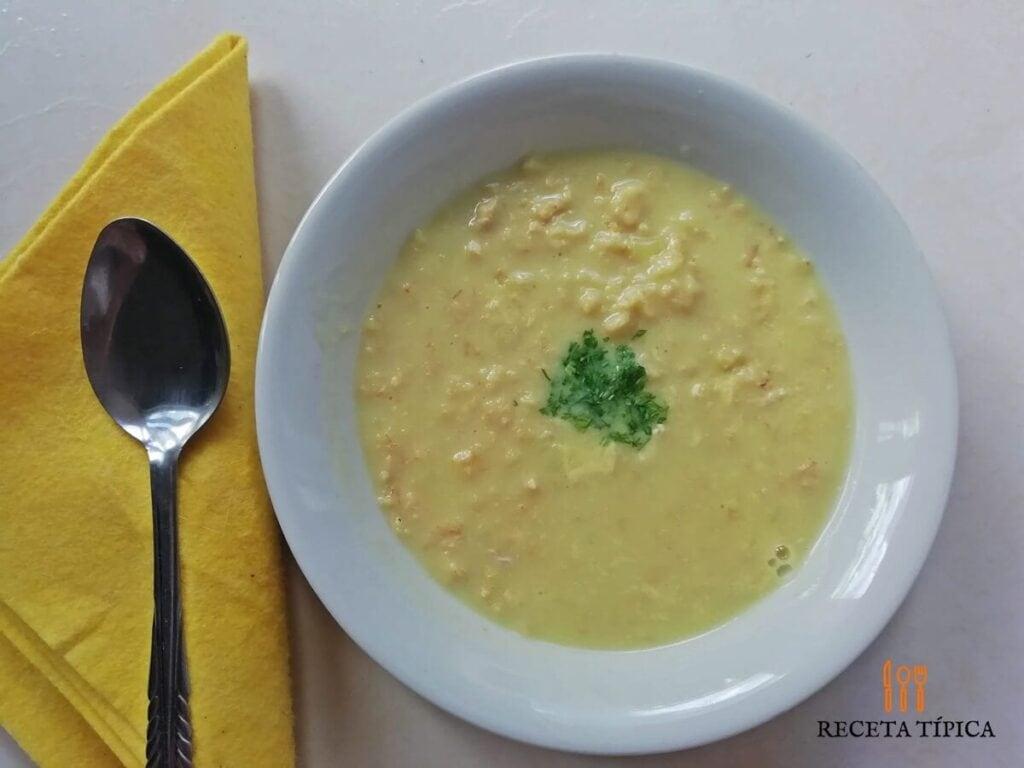 Plato con sopa de avena en hojuelas