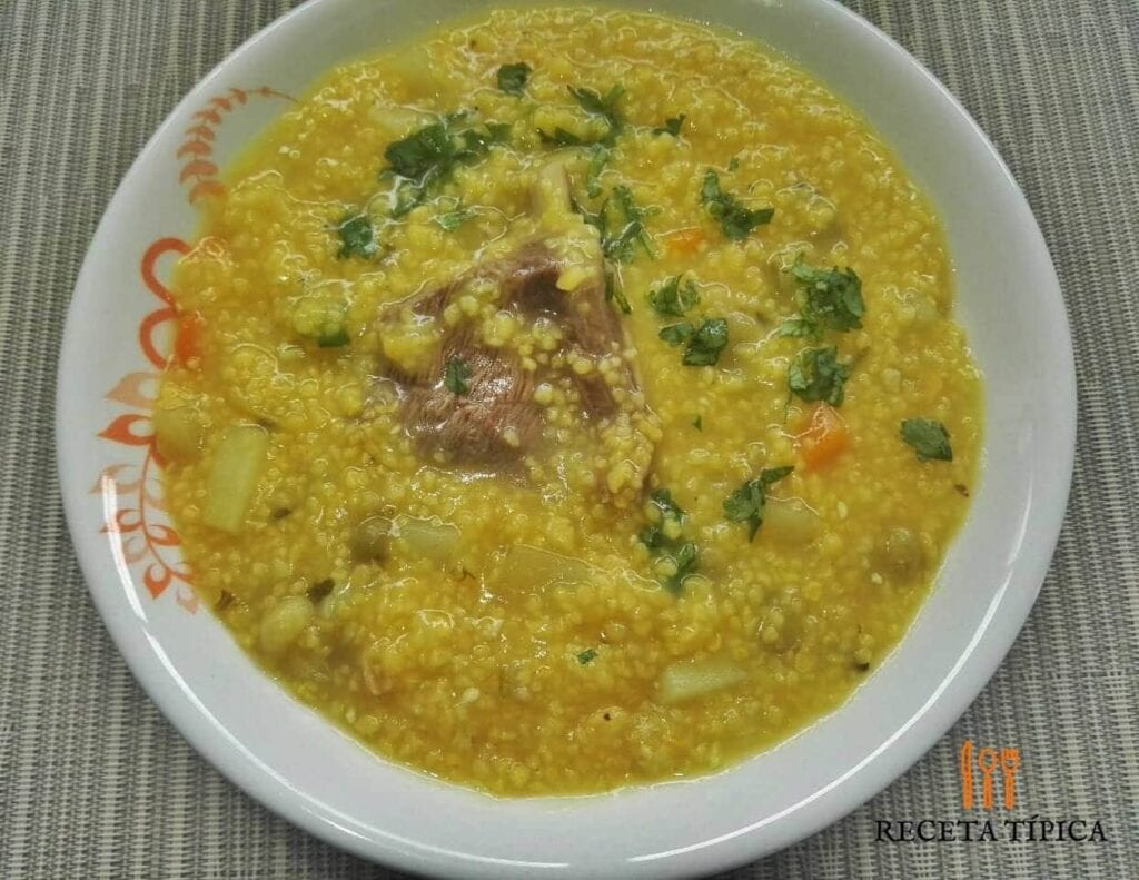 plato con sopa de cuchuco de maíz
