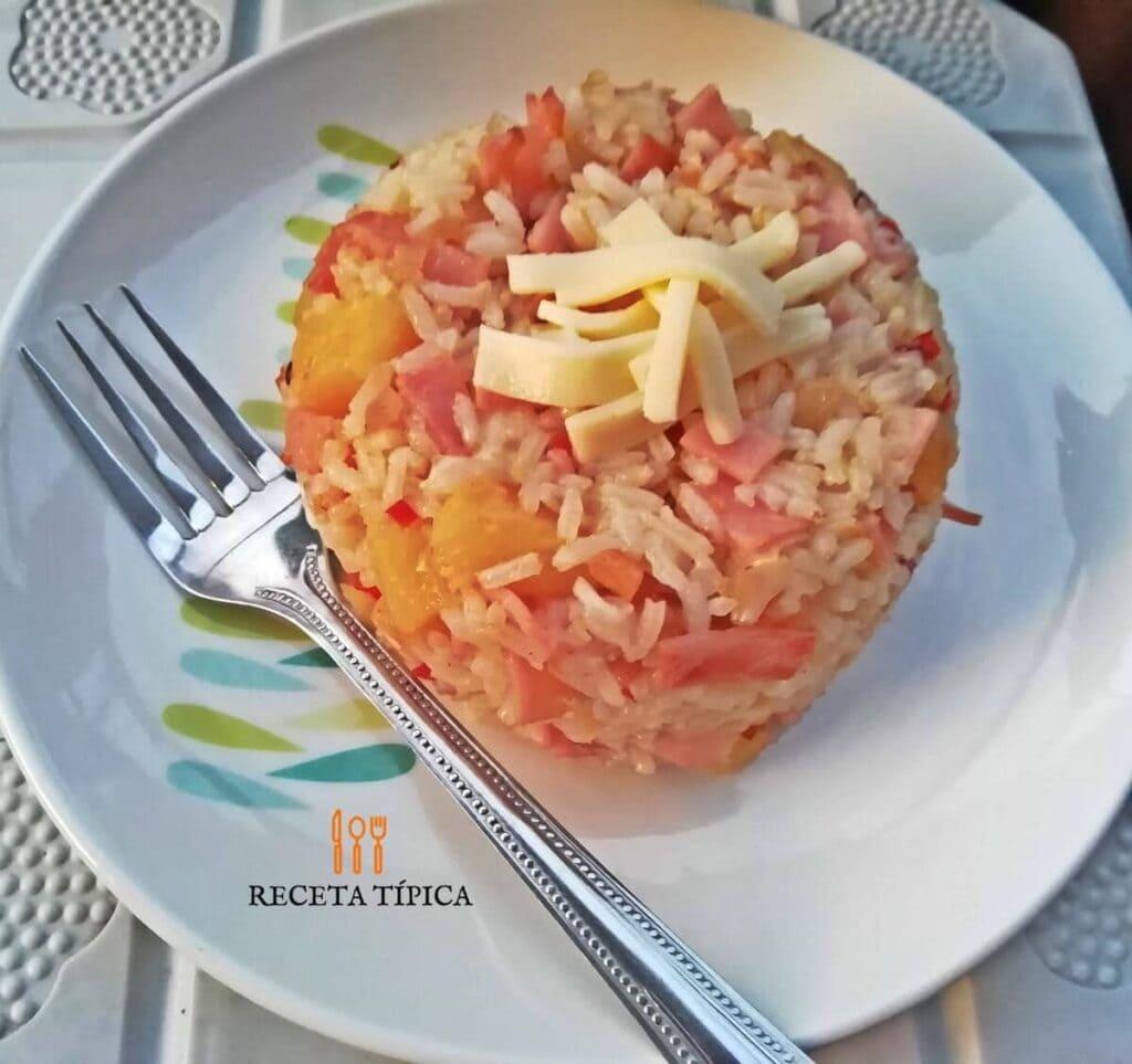 Plato con arroz hawaiano