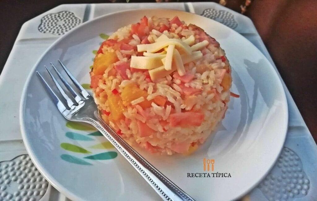 Plato con porción de arroz hawaiano