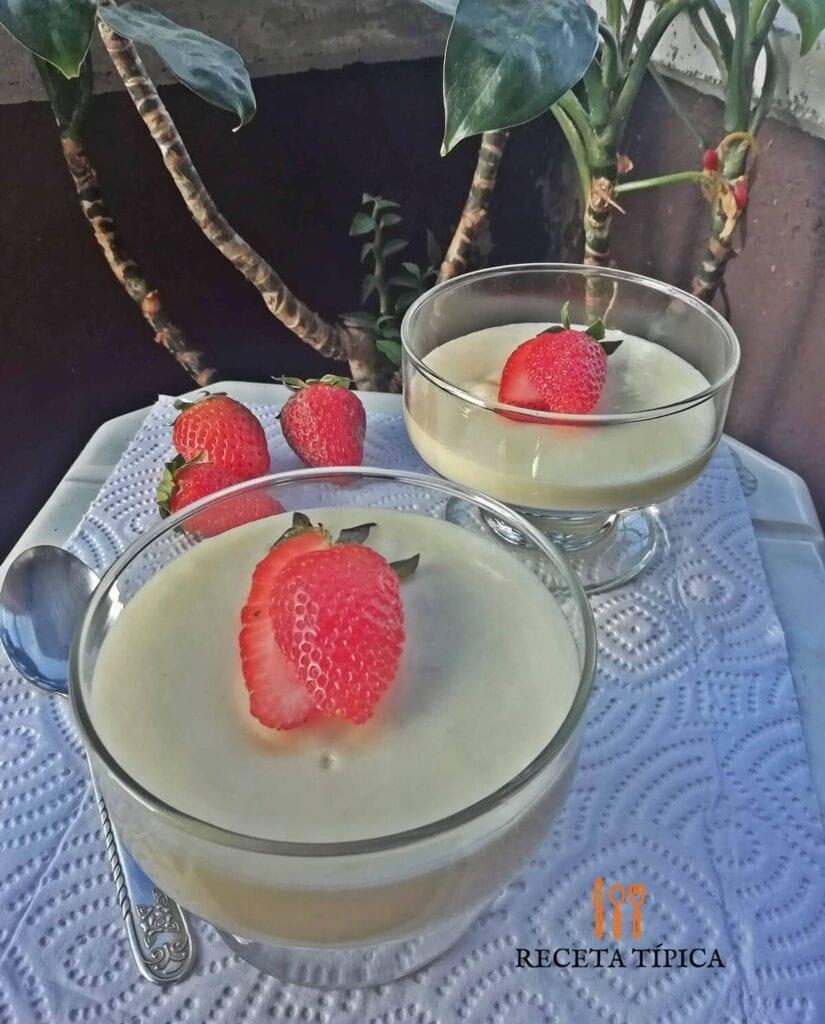 Dos postres de mousse de leche condensada