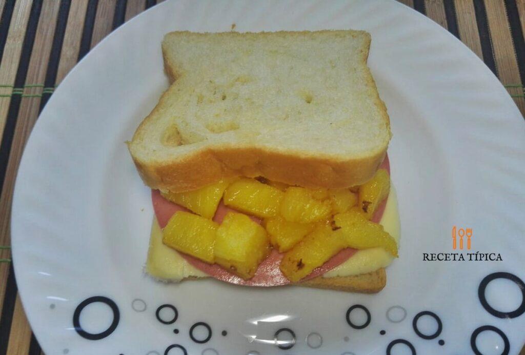 Plato con sándwich hawaiano