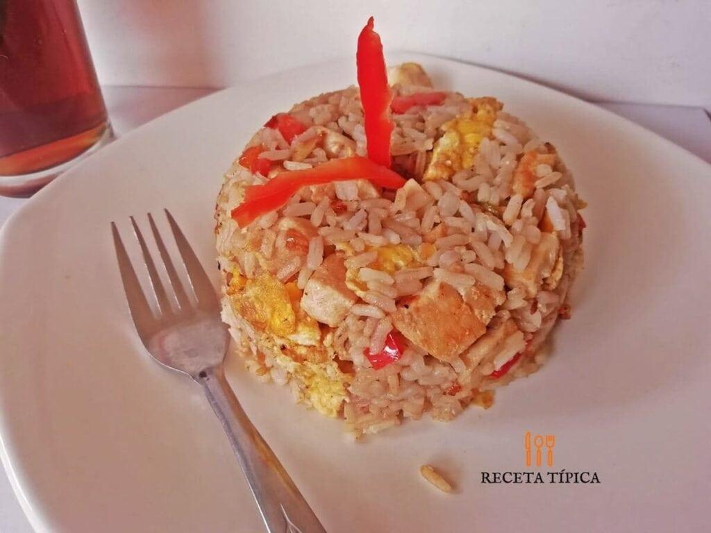 Plato con arroz chaufa