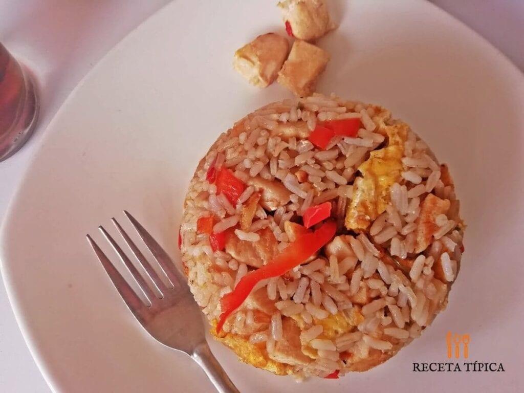 Plato con arroz chaufa peruano