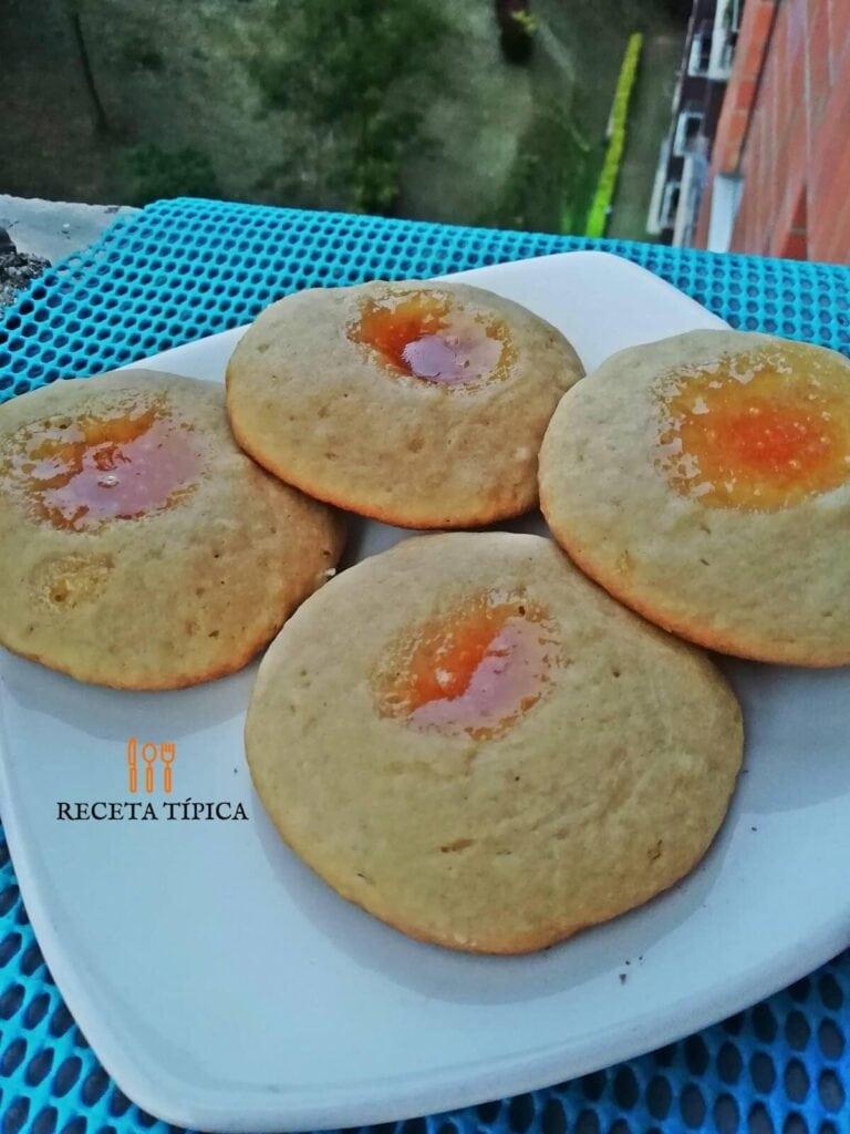 Plato con galletas rellenas de mermelada