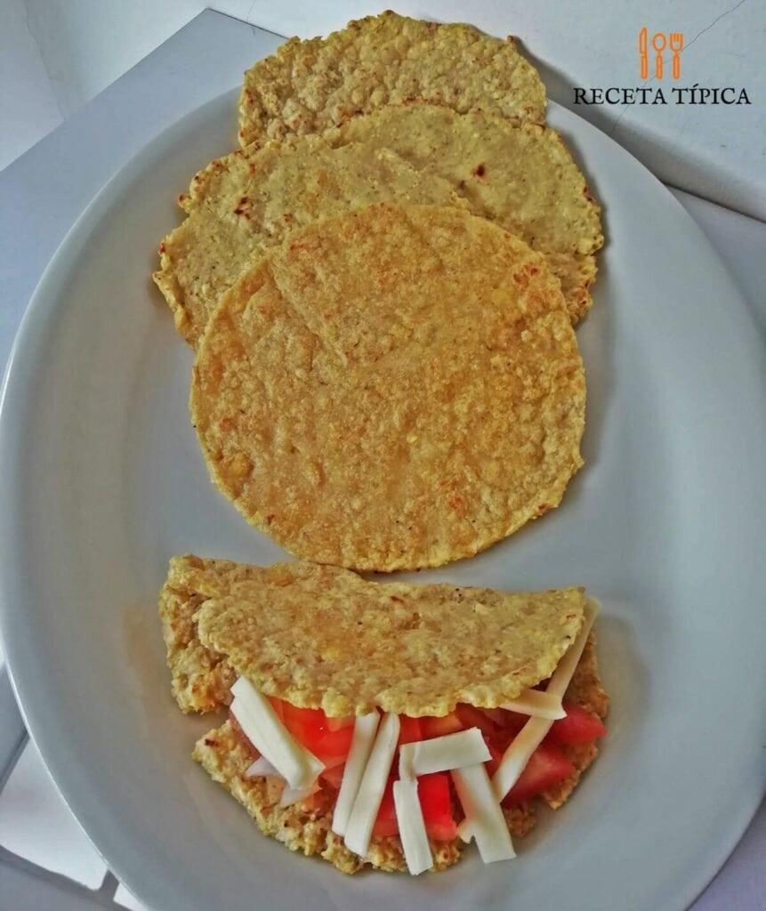 Plato con tortillas de plátano verde