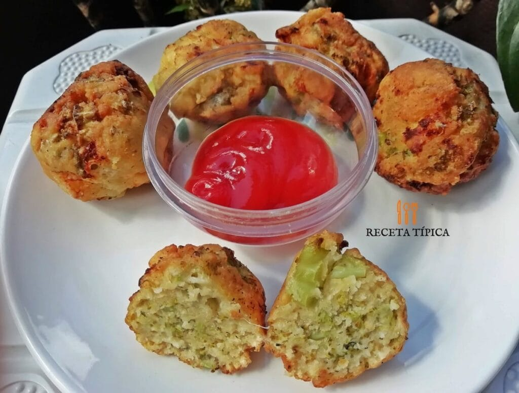 Plato con cinco buñuelos de brócoli y salsa de tomate en el centro