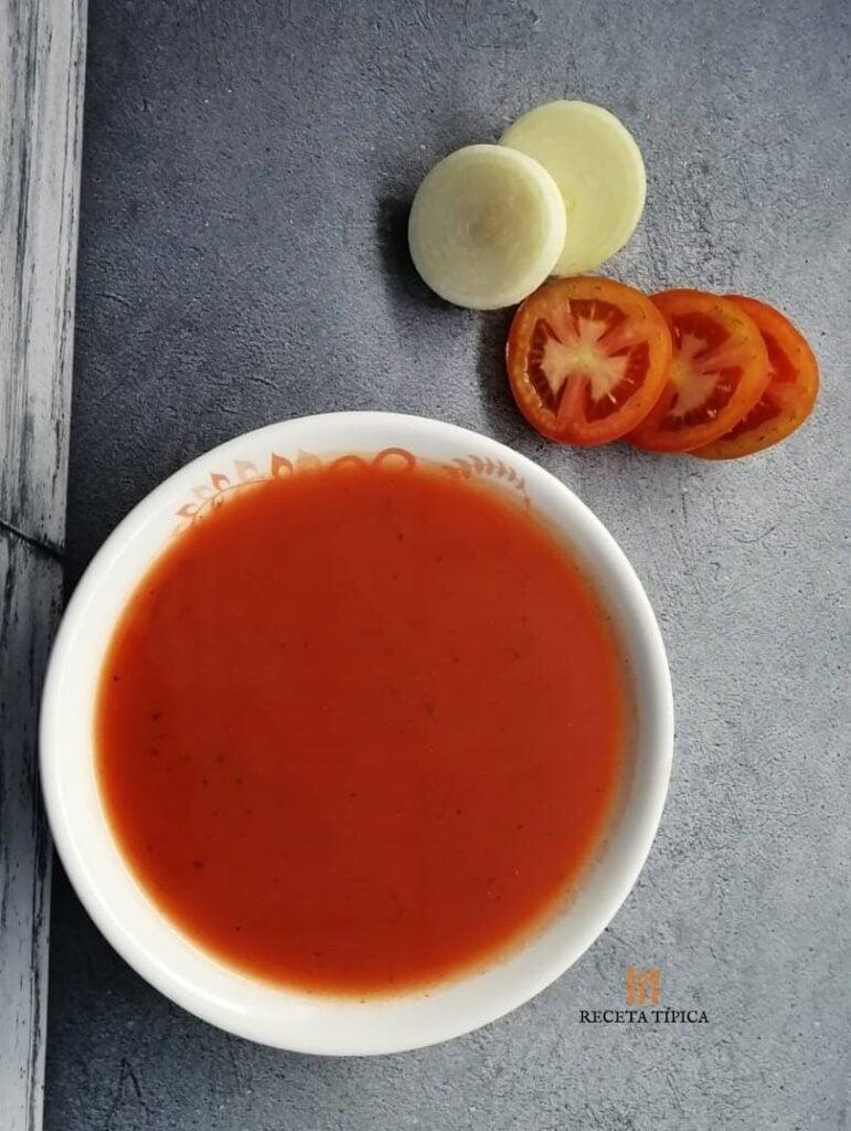 Plato con sopa de tomate colombiana